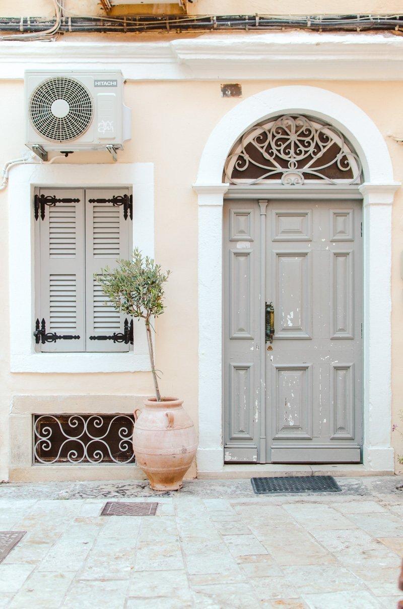 Jolie porte et olivier à Corfou
