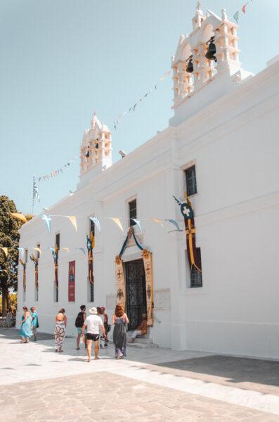 Porte d'entrée de l'enceinte autour de l'église Panagia Ekatontapyliani