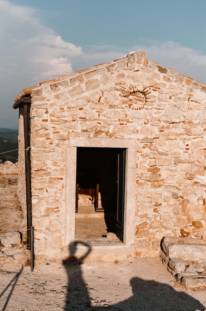 Petite église en haut d'Angelokastro