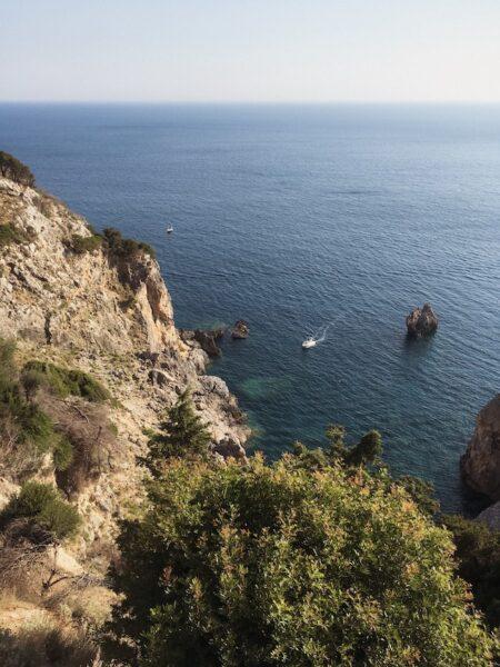 Vue sur la mer depuis la route menant au Monastère de Paleokastritsa, en fin d'après-midi