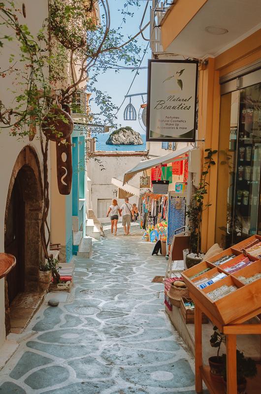 Rues et magasins à Parga